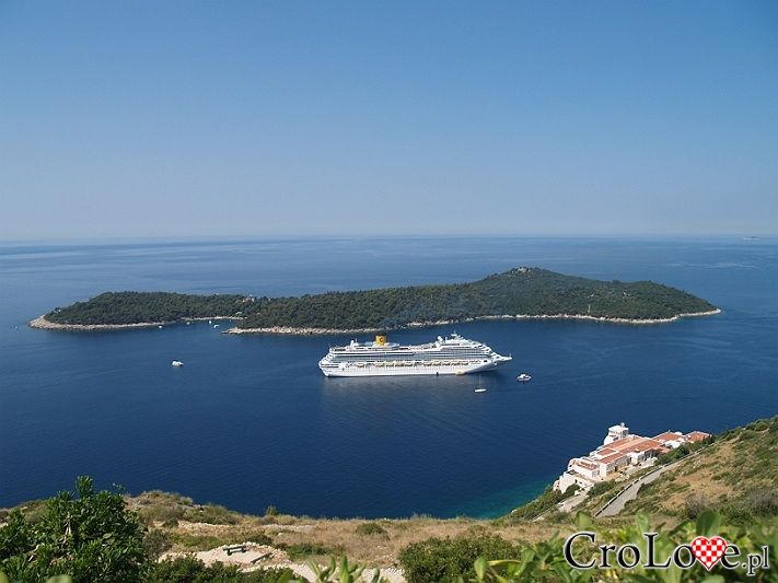 Statek wycieczkowy Costa Fortuna. W tle wyspa Lokrum