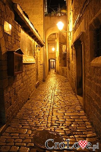 Wąska uliczka w Trogirze