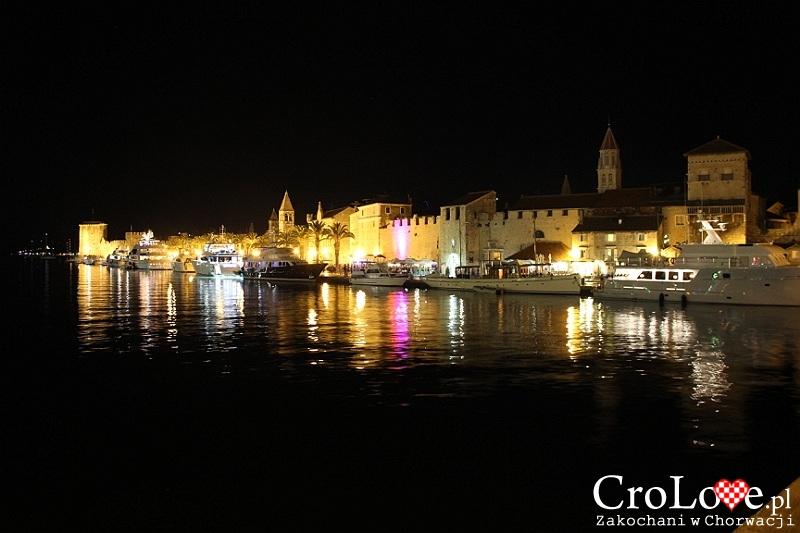 Przystań w Trogirze nocą