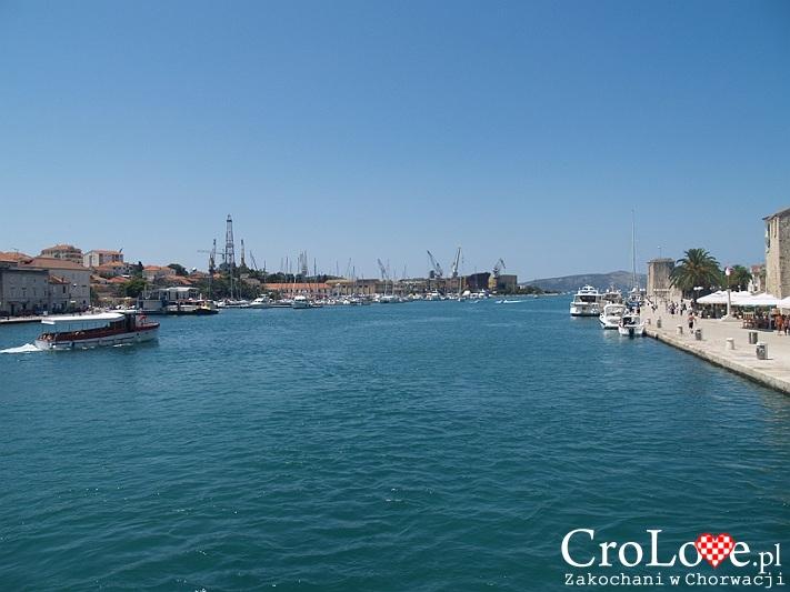 Widok na port w Trogirze