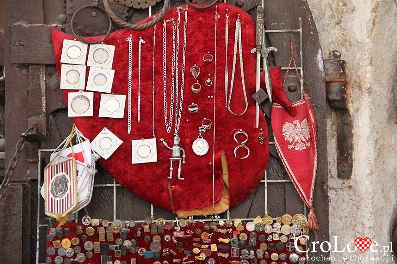 Polski proporzec wśród pamiątek po wojnie domowej - stragany na starówce w Mostarze