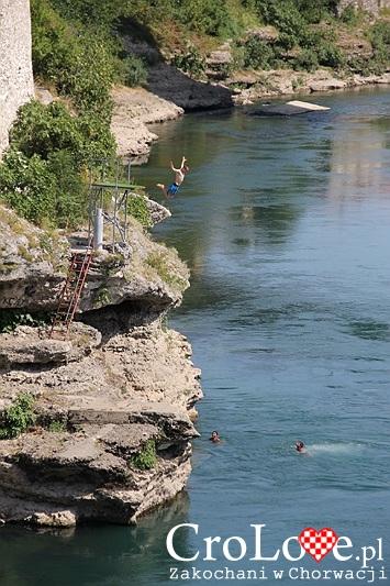 Skok do rzeki Neretwy w Mostarze