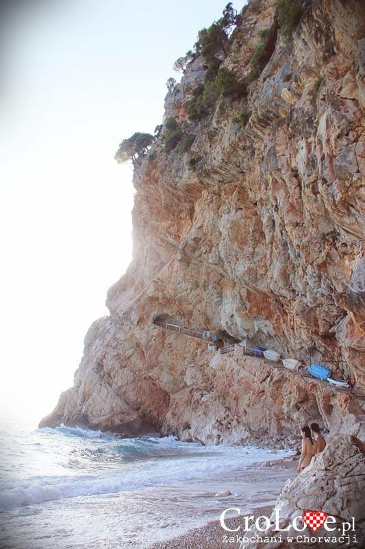 Ścieżka prowadząca klifem do plaży Pasjača
