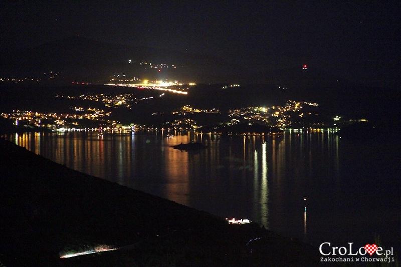 Cavtat i lotnisko w Čilipi widziane ze wzgórza Srđ nocą