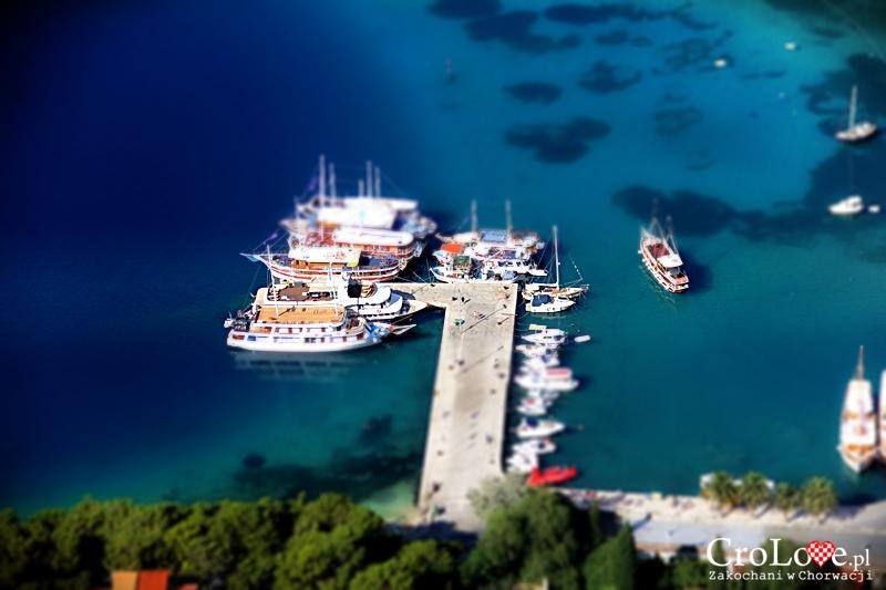 Port w Omišu widziany z Twierdzy Starigrad (Fortica)