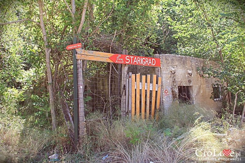 Ścieżka prowadząca do Twierdzy Starigrad (Fortica) w Omišu