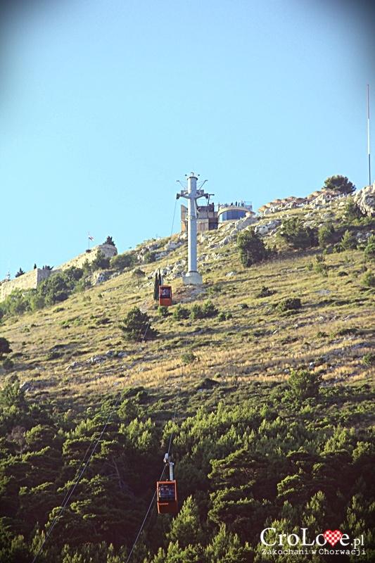 Widok na wzgórze Srđ ze starego miasta w Dubrowniku