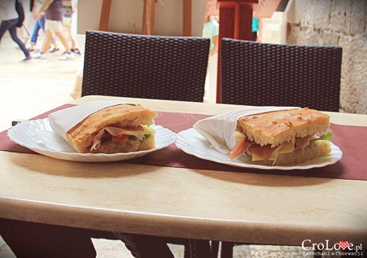 Przepyszne kanapki serwowane w buffecie Škola na starym mieście w Dubrowniku