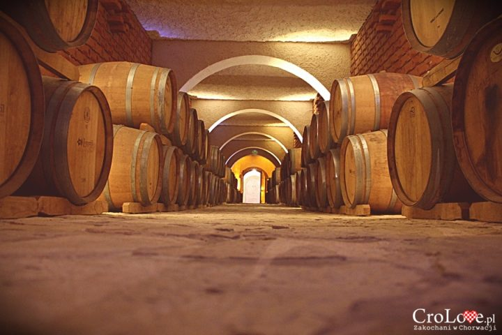 Pomieszczenie na beczki z winem w piwnicy Matuško w Potomje