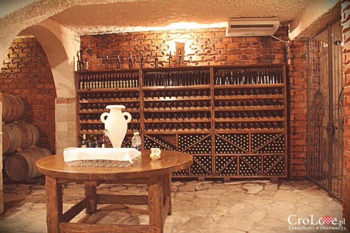 Imponująca półka na wina w piwnicy Matuško w Potomje