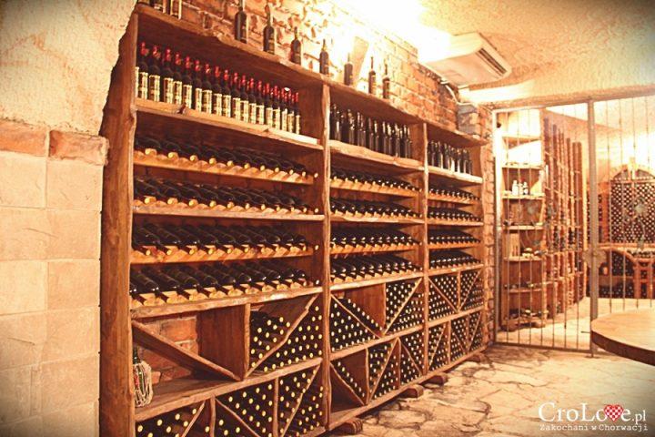 Imponująca półka na wino w piwnicy Matuško w Potomje
