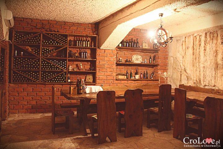 Pomieszczenie do degustacji wina dla VIPów w piwnicy Matuško w Potomje