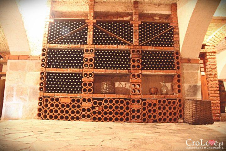 Ceglane półki na butelki z winem w piwnicy Matuško w Potomje