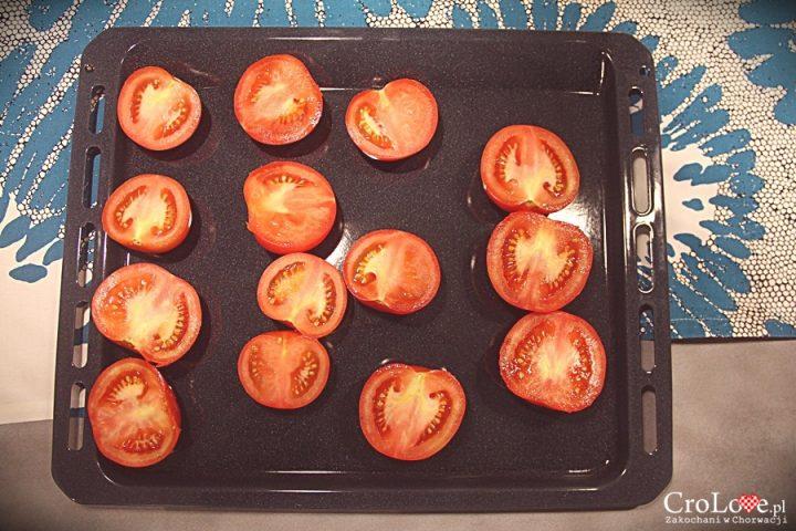 Przekrojone na pół pomidory