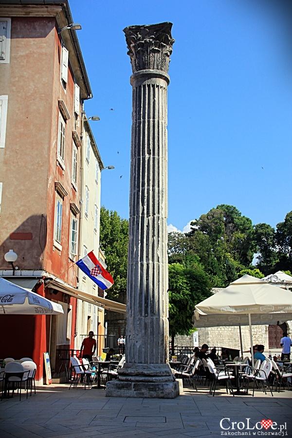 Rzymska kolumna nieopodal placu pięciu studni