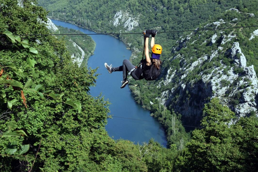 ZipLine nad kanionem rzeki Cetina w Omišu (fot. zipline-croatia.com)