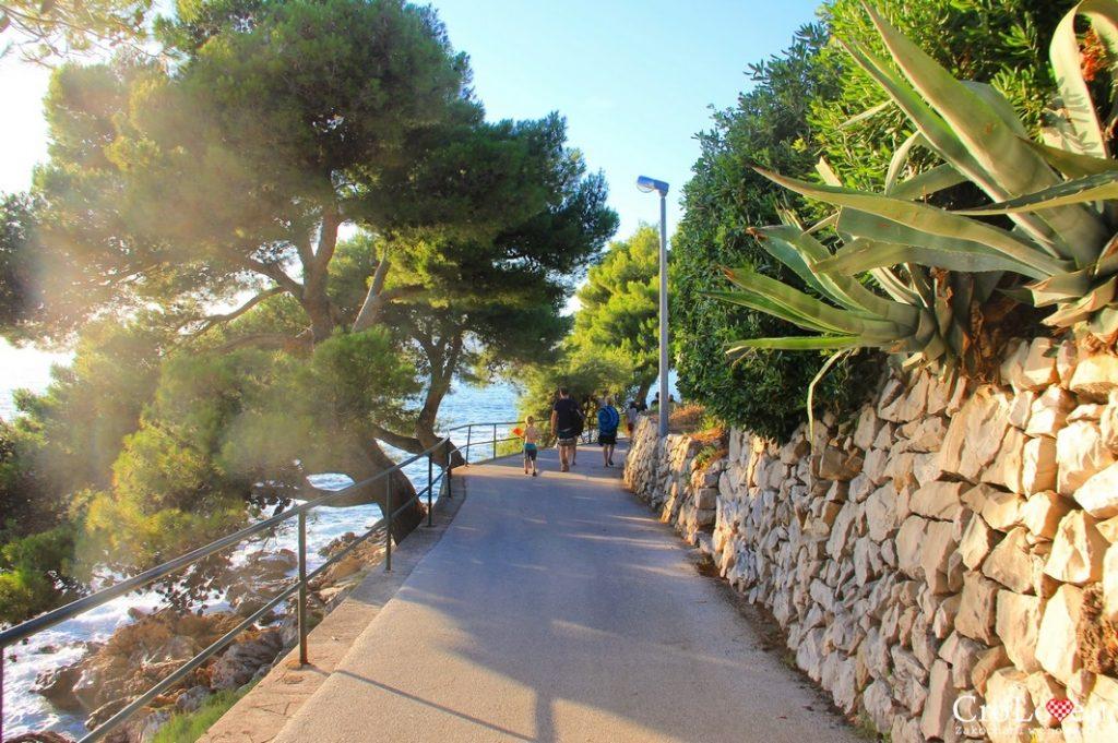 Jedna z alejek nad Adriatykiem w Cavtacie