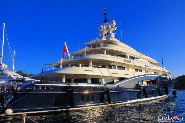 Luksusowy jacht w porcie w Cavtacie