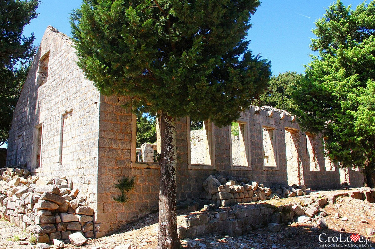 Ruiny obok Fortu Royal na wyspie Lokrum
