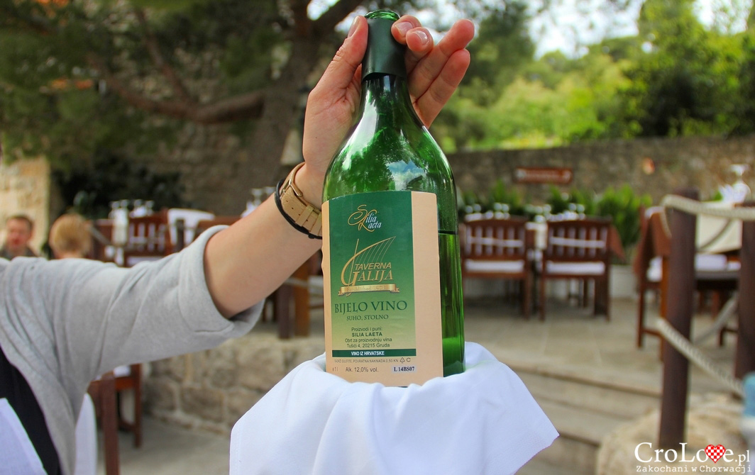 Białe wino z Taverny Galija w Cavtacie