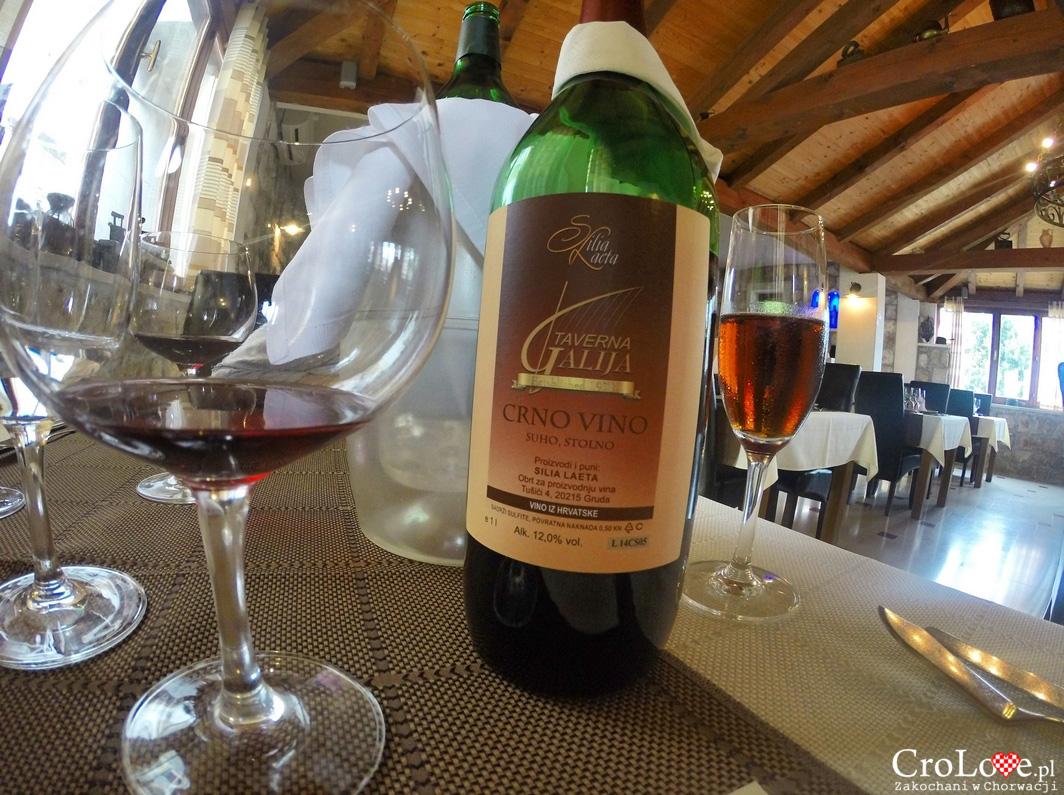 Czerwone wino z Taverny Galija w Cavtacie