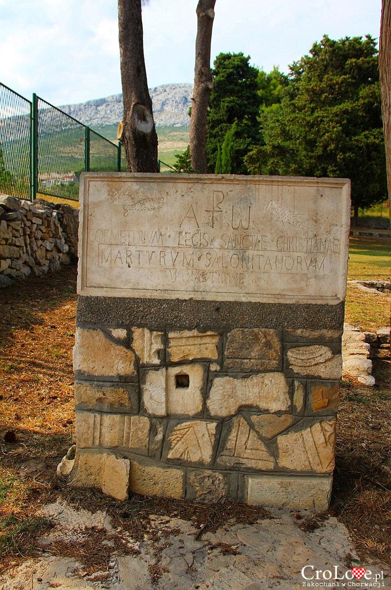 Tablica przy wejściu na Manastirine w Salonie