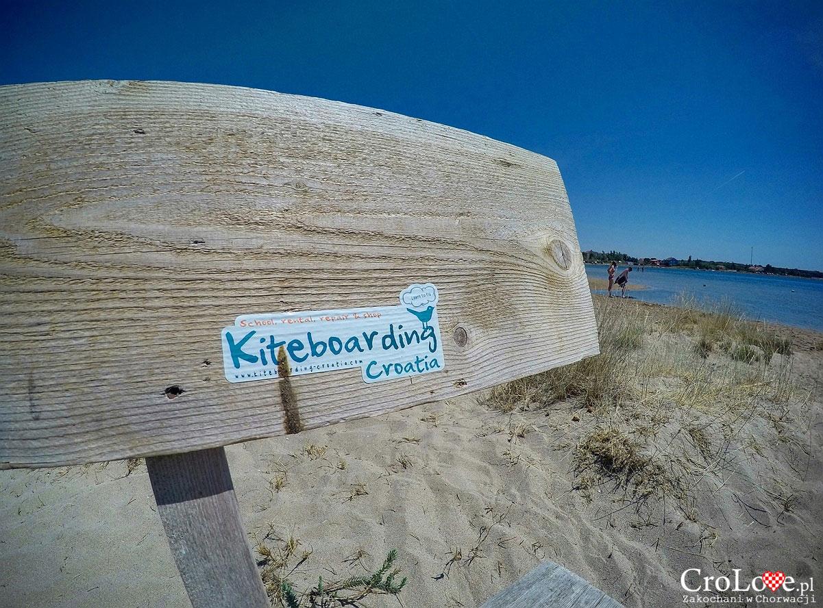 Piaszczysta plaża w Nin rajem dla kitesurferów