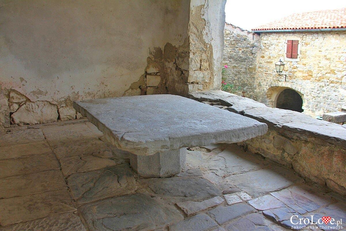 Kamienny stół miejski