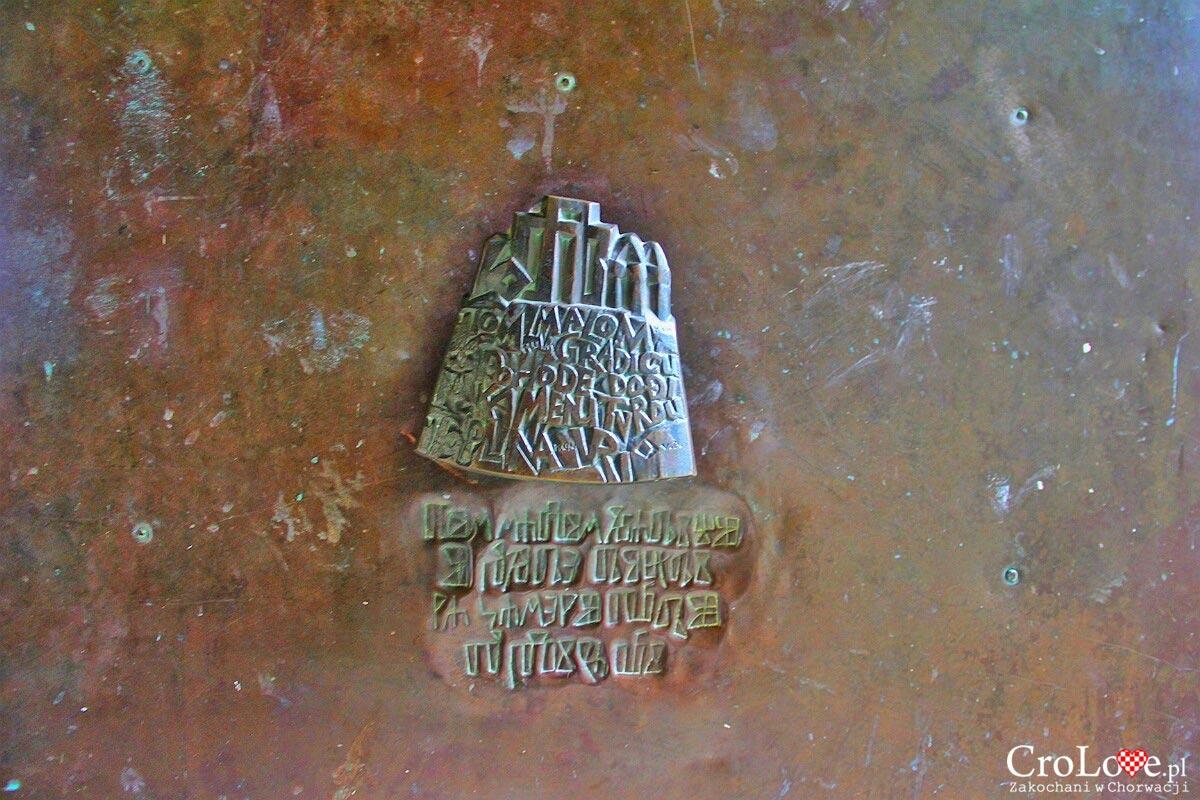 Kołatka na bramie miejskiej w Hum