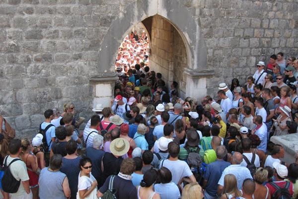 Tłumy przy bramie Pile w Dubrowniku (fot. franaboutcroatia.com)