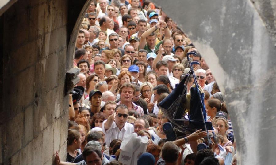 Tłumy przy bramie Pile w Dubrowniku (fot. thedubrovniktimes.com)