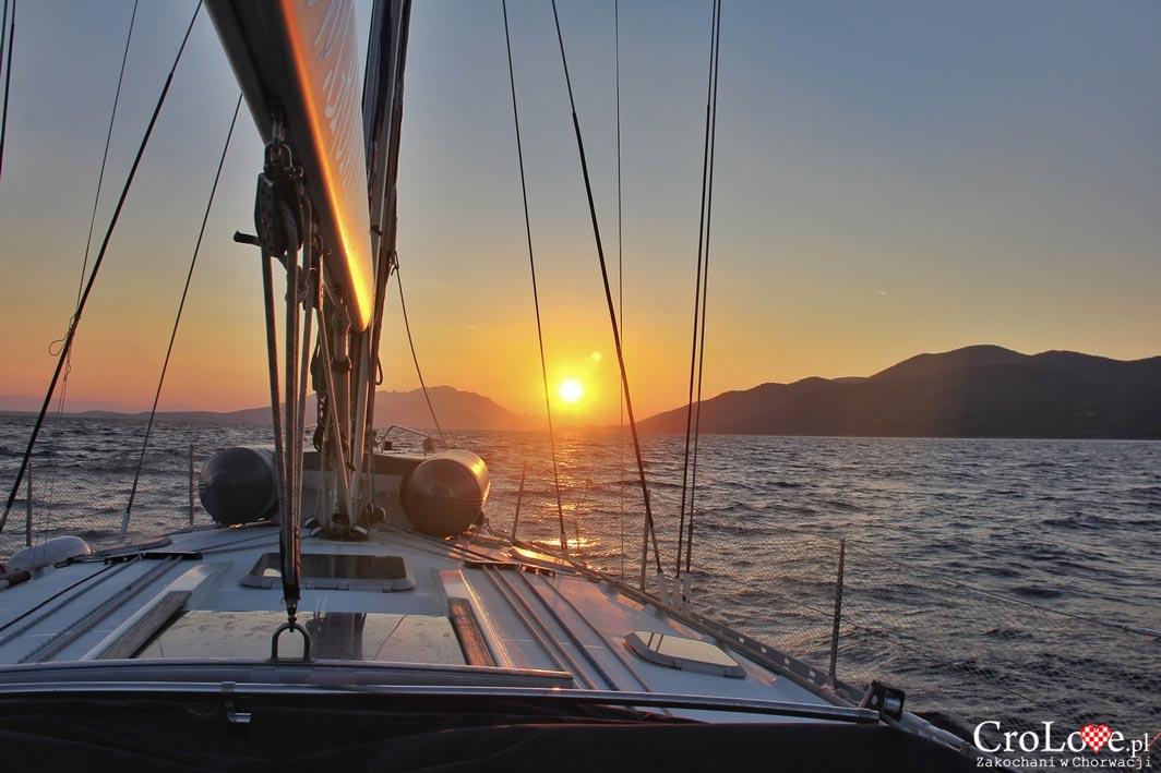 Wschód słońca pomiędzy Półwyspem Pelješac (po lewej) a wyspą Korčula (po prawej)