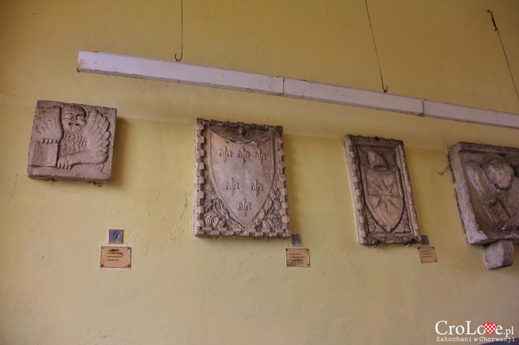 Zachowane kamienne tablice z różnych okresów Motovun
