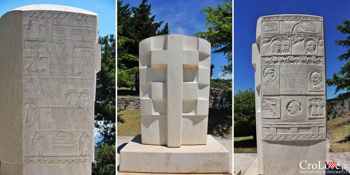 Rzeźba prz kościele Matki Boskiej Anielskiej w Imotski