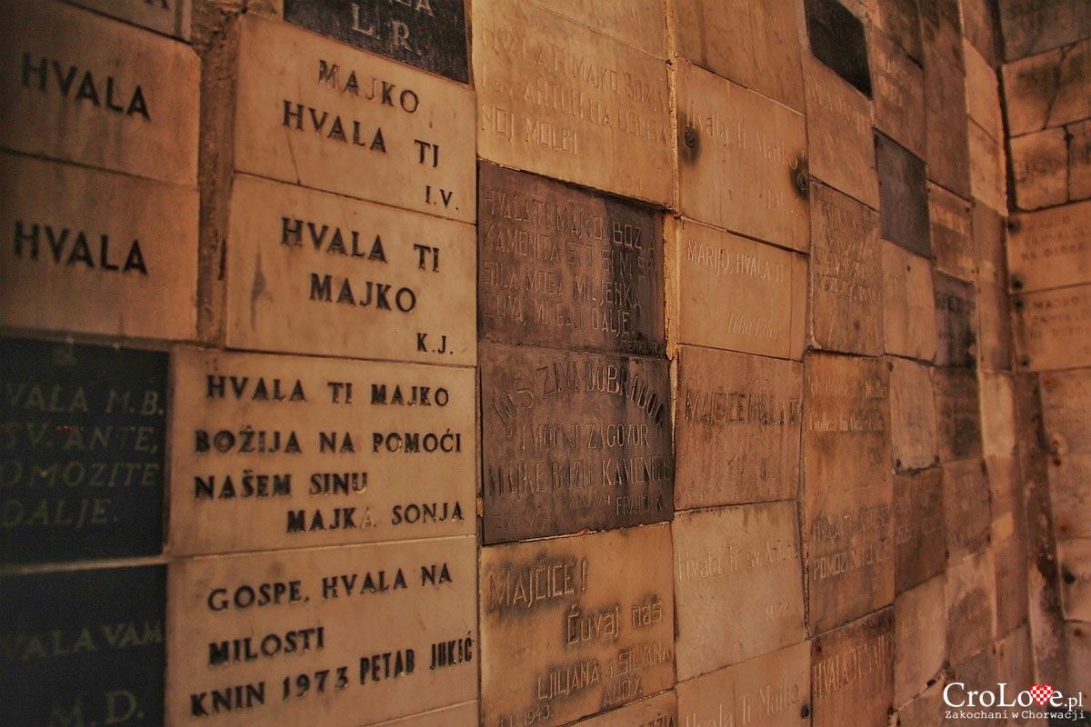 Tabliczki dziękczynne - Kaplica Matki Boskiej z Kamiennej Bramy
