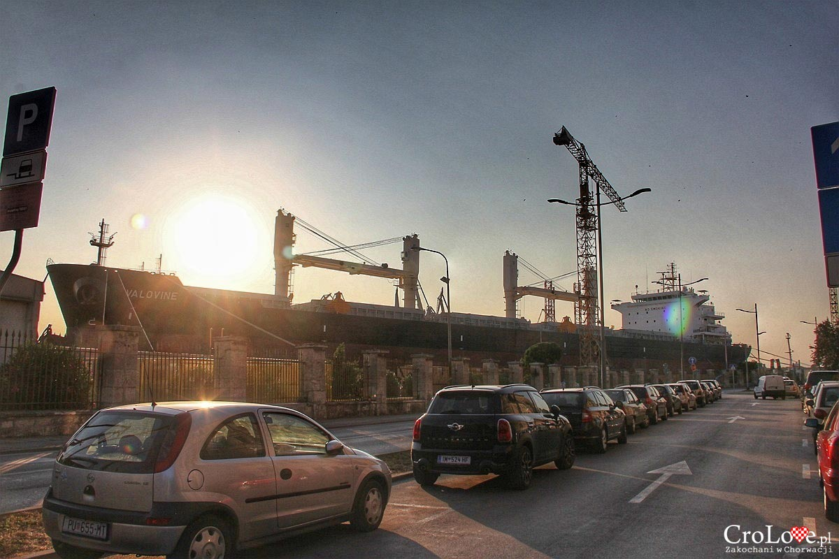 Port i stocznia w Puli
