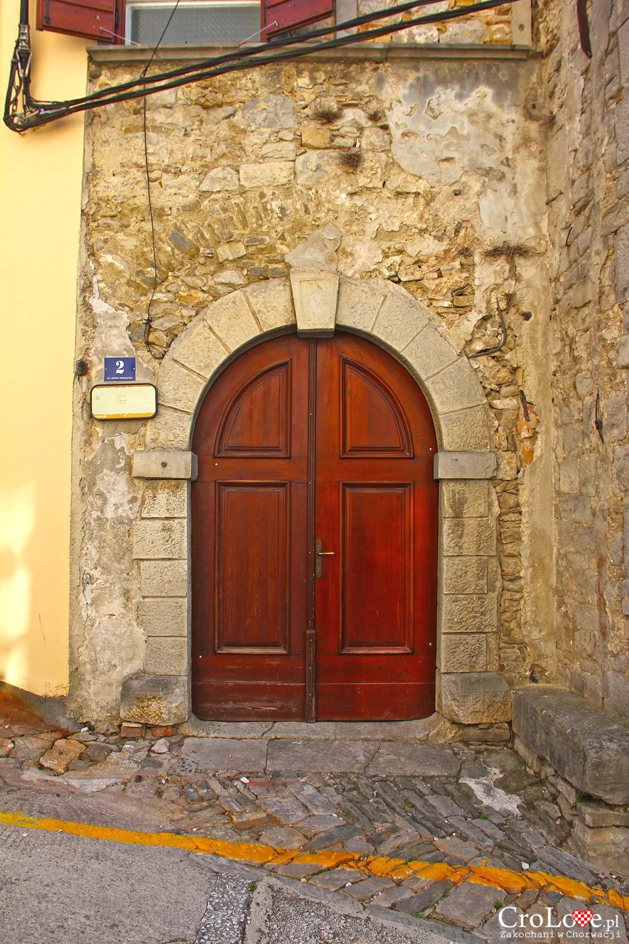 XVII-wieczny portal w Buzet