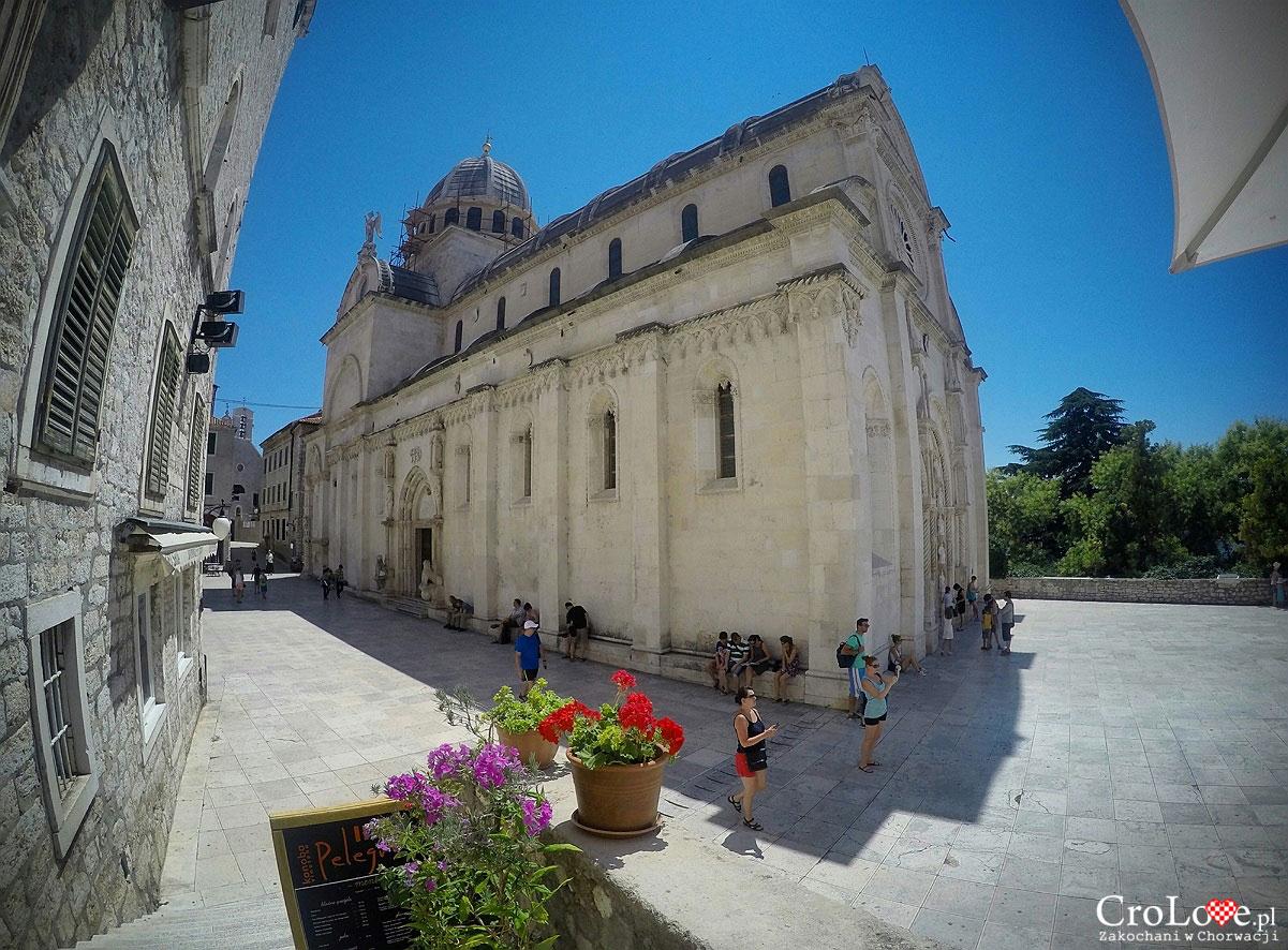 Katedra św. Jakuba w Šibeniku - Dom Czerni i Bieli