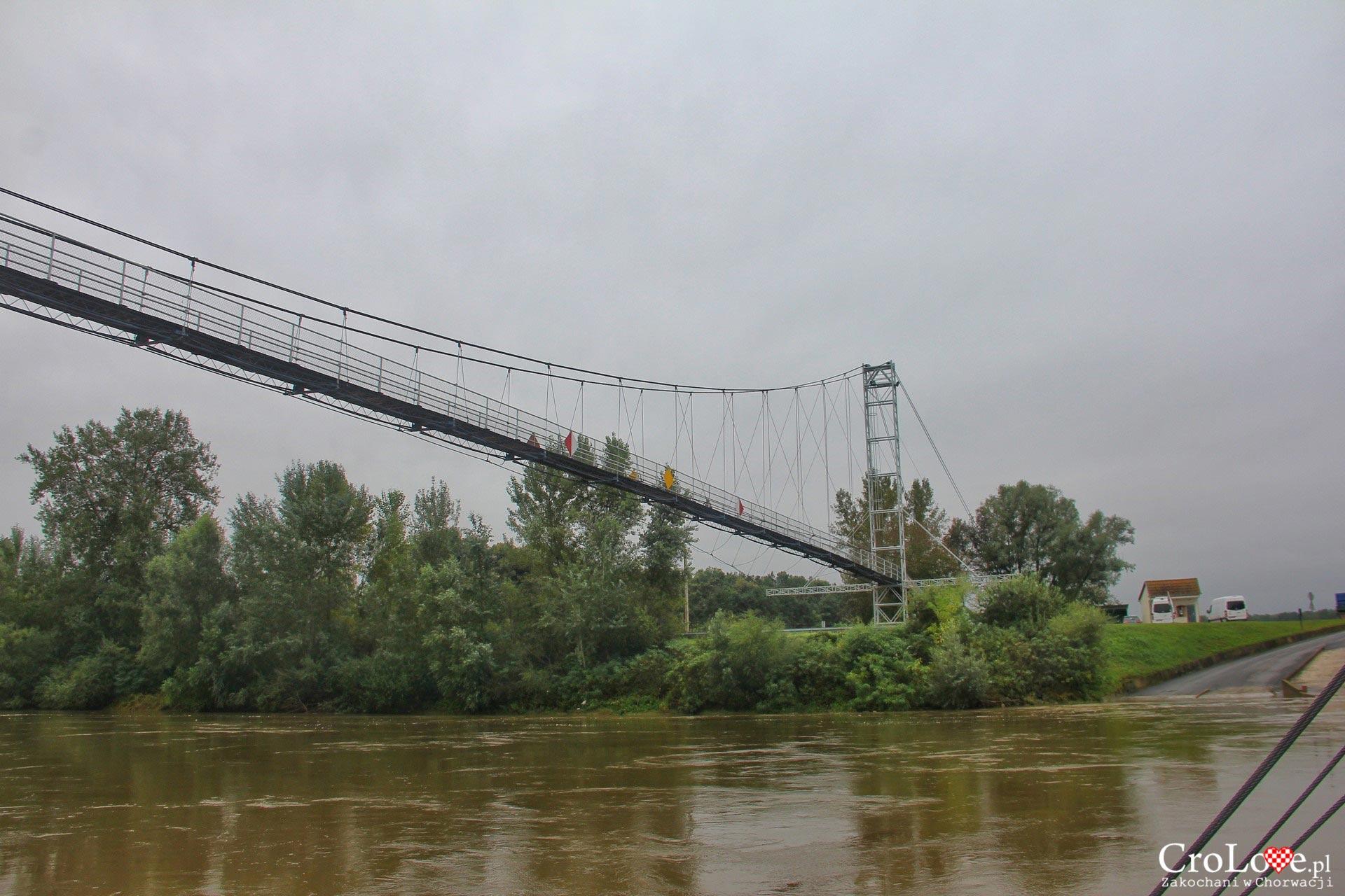 Wiszący most nad rzeką Drawą