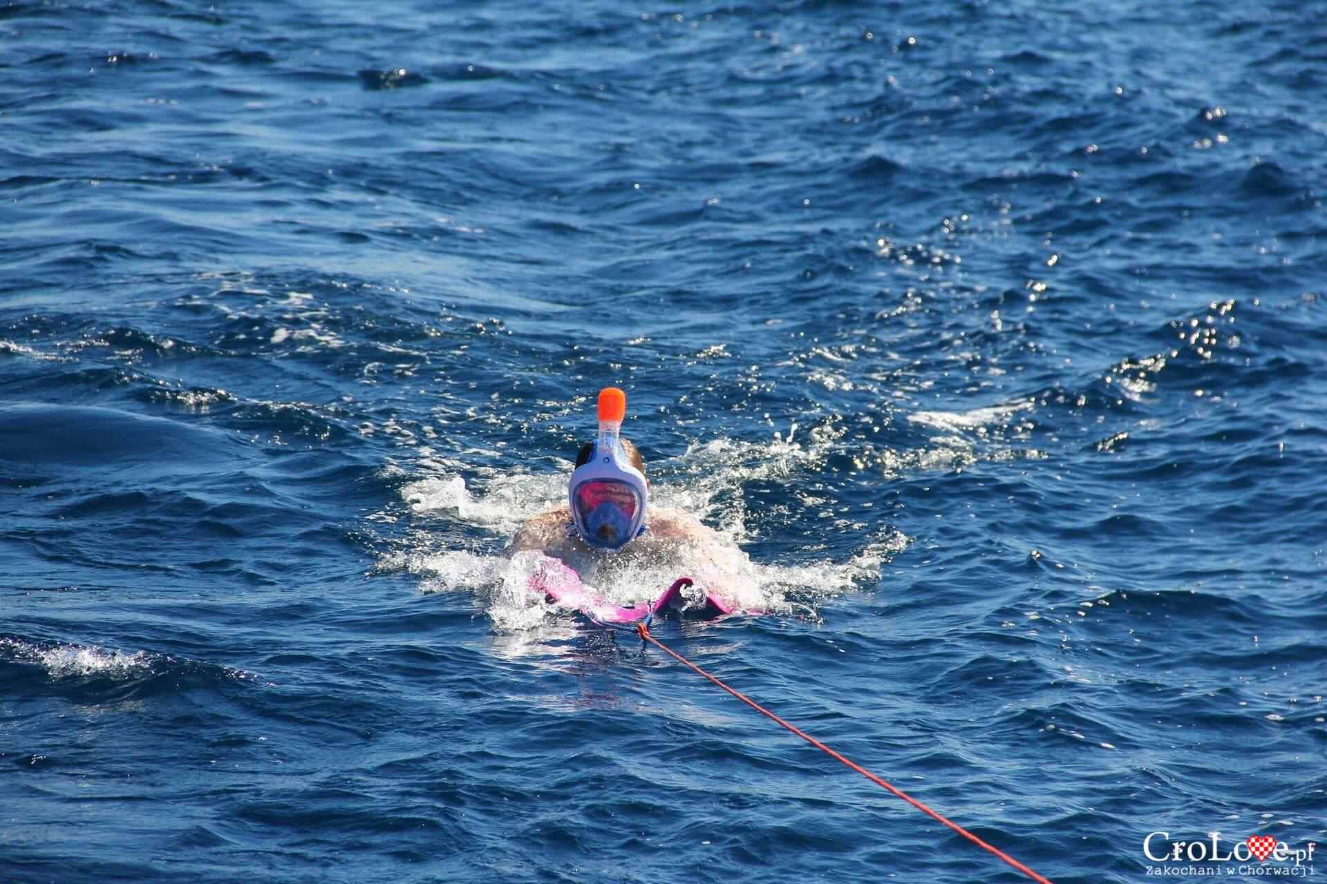 Płetwa do nurkowania za jachtem