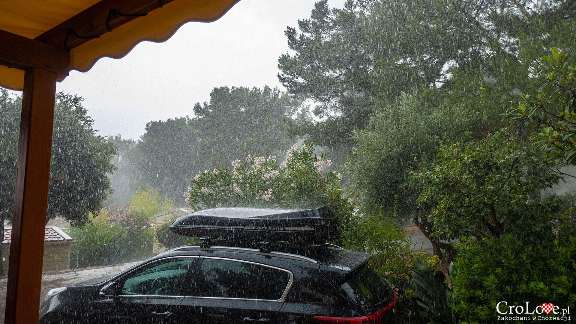 Deszcz na kempingu