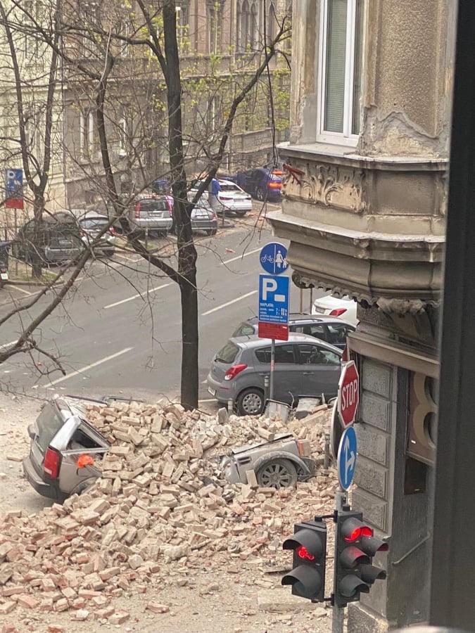 Zniszczone auta po trzęsieniu w Zagrzebiu