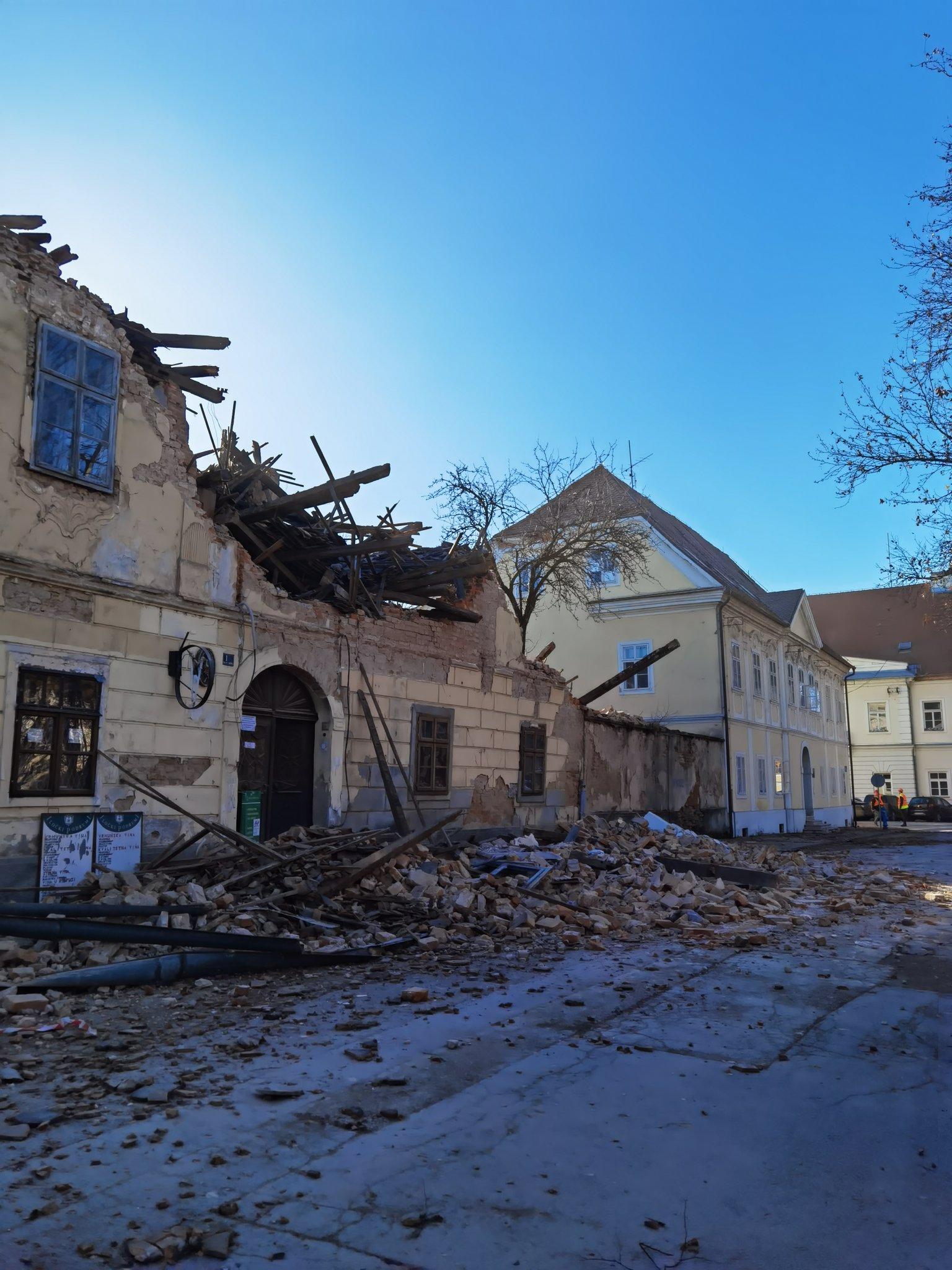 Zniszczone budynki w Petrinji Fot. @_antens (Twitter)