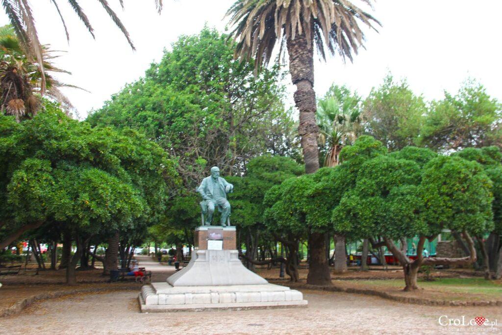 Posąg Niko Dubokovića w parku miejskim w Jelsie