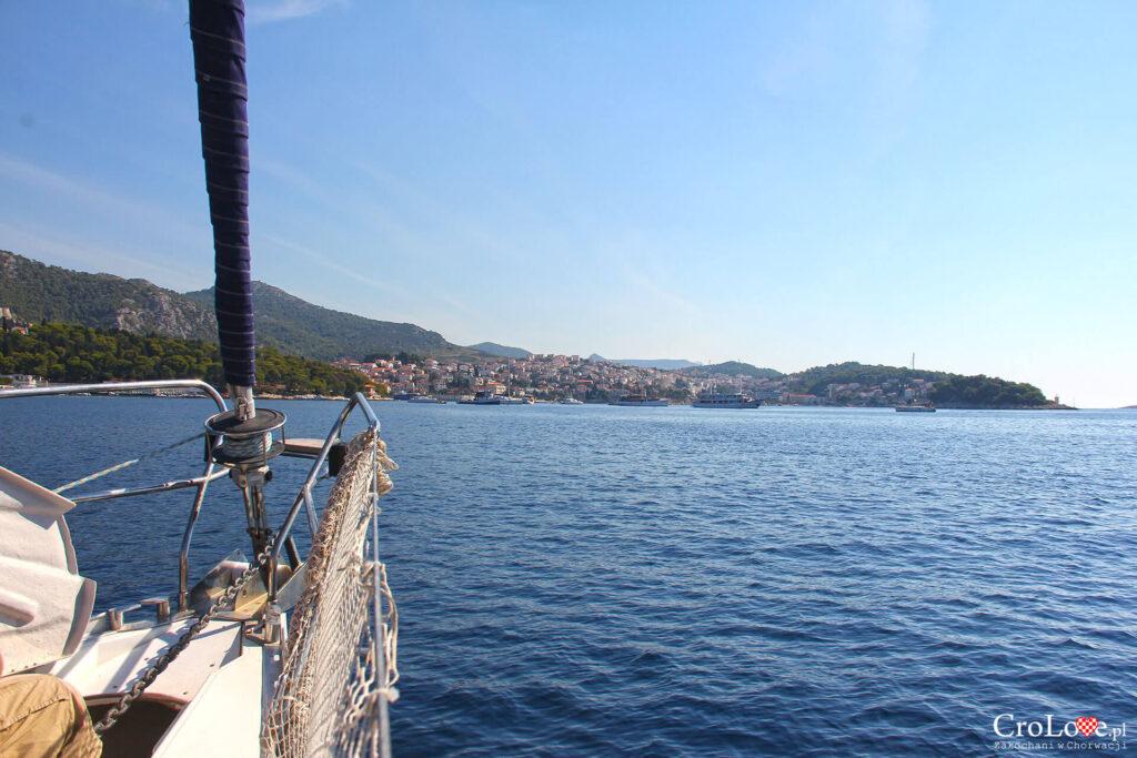 Widok na Hvar z pokładu jachtu