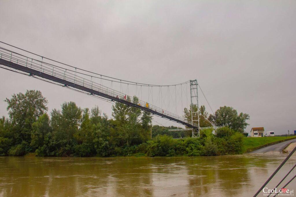 Wiszący most nad rzeką Drawą w Slavonii
